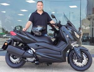 Hemos pintado de negro brillo esta Yamaha XMAX 300 para nuestro cliente