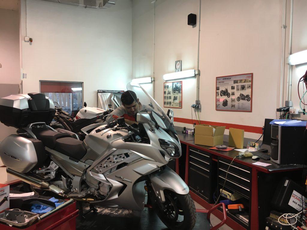 En nuestro taller de València tenemos servicios de moto de sustitución, reparaciones rápidas, peritación con las principales aseguradoras y horario de 8 a 20