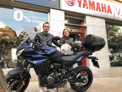Yamaha Tracer 700 azul con top case 50 L