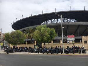 Los asistentes al Yamaha Open Weekend de VFerrer delante de la plaza de toros de Xativa para ir a Agres