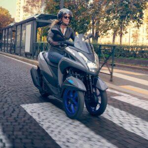 La tricity tiene dos ruedas delanteras para conseguir una gran seguridad sin perder agilidad