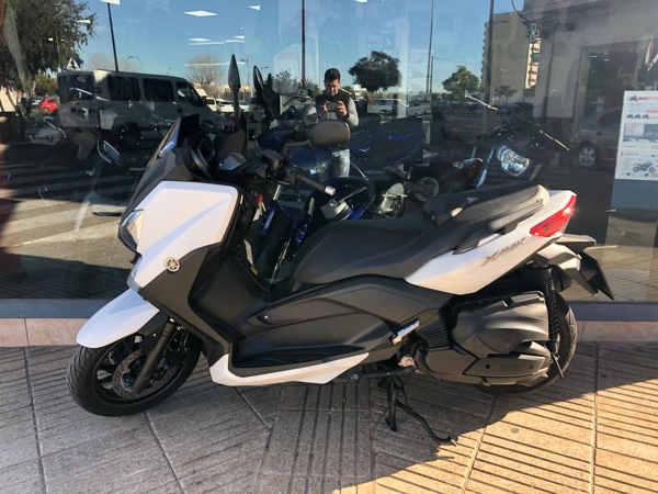 YAMAHA X MAX 400 blanca moto usada en VFerrer